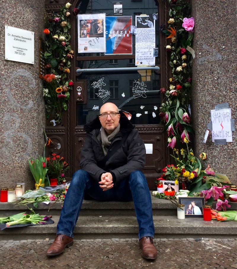 Harald Gasper vor David Bowies ehemaliger Wohnung in Berlin Schöneberg